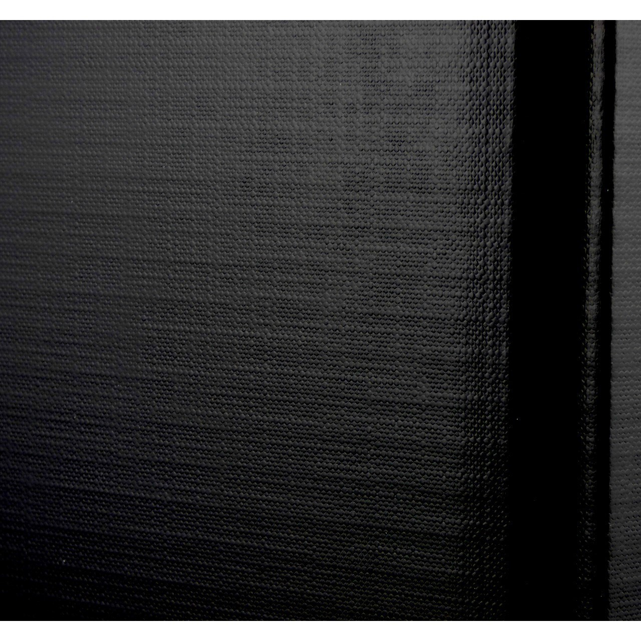 Intensiv schwarze Geschenkverpackung mit fein strukturierter Oberfläche und staubfreier, naturbelassenen Holzwolle